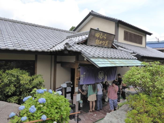 こちらは強羅名物の豆腐かつ煮がいただける「田むら銀かつ亭 本店」。ご覧のとおり行列必至の人気店ですので、お時間に余裕を持って訪ねてくださいね。
