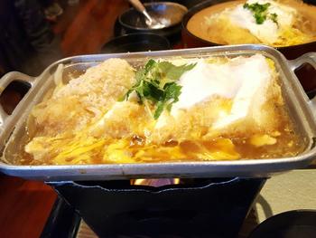 こちらが名物の豆腐かつ煮です。お豆腐のあいだにはひき肉が入っていて、食べ応えもじゅうぶん。お肉だけのかつ煮とは一味違った、優しいお味を堪能できます。