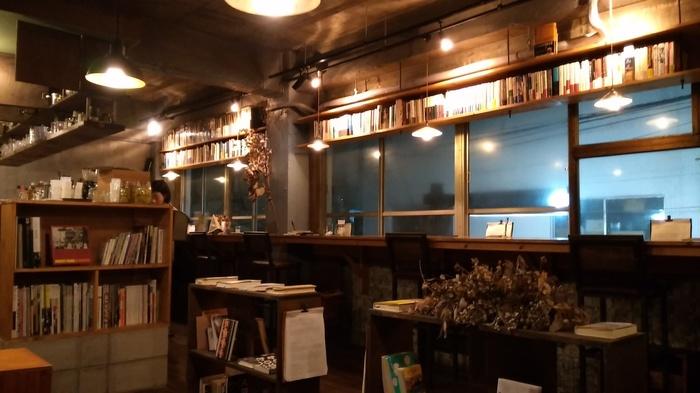 オレンジ色に近い柔らかな光は、精神を落ち着かせてくれるのでリラックス効果が高いと言われています。もちろん様々な照明のブックカフェがありますが、落ち着いた店内を演出すため明るすぎない柔らかな照明を選ぶブックカフェが多いです。光が強くないため寝つきにも影響しないので、就寝前の読書が安心なのもメリットです。