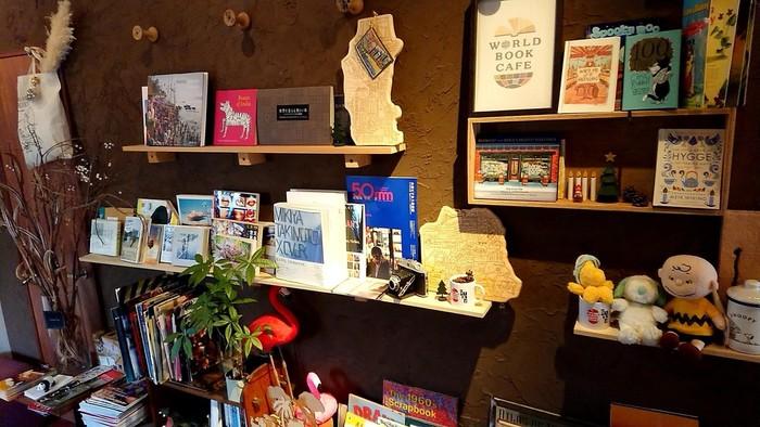 本の背表紙を見せて収納するスタイルは幅も取らない分すっきり見せられることが出来ますが、ブックカフェでは本も一つのインテリアとして考え、「見せる収納」をしていることが多いです。また、おすすめの本をお客様に紹介するという狙いもありますね。 ご自宅で実践すれば、お気に入りや素敵なデザインの表紙をいつでも眺められますし、とってもおしゃれです。 ウォールラックや本棚でも出来ますが、もともと表紙を見せて収納することが出来るように作られている「マガジンラック」もおすすめですよ。