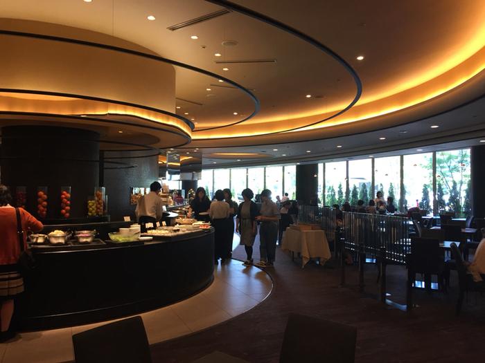 広島市の中心部にそびえたつ「リーガロイヤルホテル広島」の1階にあるダイニングレストラン。ハイクラスホテルに相応しい空間で、シェフこだわりの料理を楽しむことができます。  イタリアンなどの欧風料理がメインとなりますが、もちろん、サラダやスイーツ、フルーツ、ドリンクなども勢ぞろい。バリエーションがとっても豊富で、ホテルならでは最大の魅力といえるでしょう。