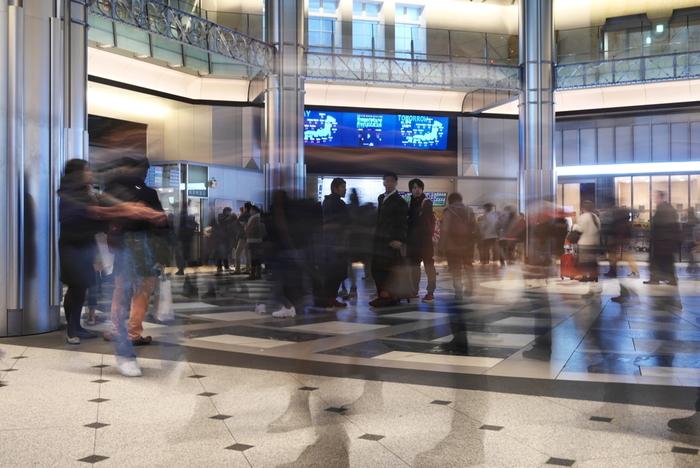 今でも銀の鈴広場は、多くの人が待ち合わせ場所のシンボルとして健在です。