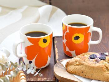 飾りたくなるくらい愛らしい「Marimekko(マリメッコ)」のマグカップ。鮮やかなオレンジ色が、明るい気分に導いてくれそうです。Marimekkoのマグカップは様々なカラーやデザインに出会えるので、コレクションするのも楽しいですよ。読書の時間に彩りを添えてみてはいかがでしょうか。