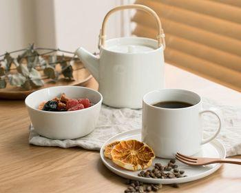 どんなインテリアにも馴染む、万能デザインのシンプルな白色の食器。飽きが来ないので、長く愛用したくなりますね。白色はデザートやお茶の色味も鮮やかに見えるので、より美味しく見せることが出来ます。
