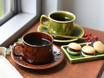 京都・清水焼のカップ&ソーサーと器です。古典的なレトロデザインが大人かわいらしく、繊細な編み目には高級感も感じられます。珍しい四角形の器もおしゃれで、上質なお茶の時間を楽しめそうです。和風や古民家風スタイルのインテリアにいかがでしょうか。