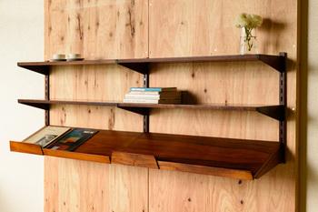 デッドスペースになりがちな壁面を有効に使える壁掛けタイプの本棚です。この壁掛け本棚は、一番下の棚板だけ傾斜があるのが大きな特徴で、平置きで置くことで表紙が見やすくなっています。「見せる」も簡単に出来るデザインが嬉しいですね。