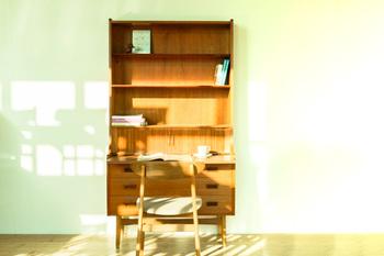 北欧ヴィンテージの本棚はシンプルながら作りが良く、木材の美しさや風合いを楽しめるのが特徴。長い年月を過ごした味わいや、洗練されたデザインにうっとりとしてしまいます。存在感があるため、これ一台あるだけでお部屋の雰囲気がぐっと印象的に。