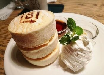 防腐剤や安定剤不使用の体にやさしい、ふわふわで分厚いパンケーキが特徴です。ベーキングパウダーも使っていないのだそう!白い卵と豆乳を使ったヘルシーな「ホワイトスフレパンケーキ」は、プルプルふわふわの味わい♪また、「炭ブラックとホワイトチョコソースパンケーキ」などの一風変わったメニューも楽しめます。