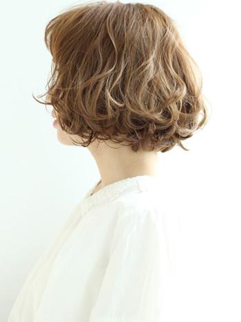 デジタルパーマの朝のスタイリングは、特に髪を湿らせる必要はありません。その代わり夜シャンプーをして濡れた髪を自然乾燥させるのではなく、しっかりとドライヤーを使って乾かします。