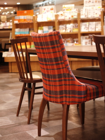 図書館ほど堅苦しくなく読書に集中できるのがブックカフェのいいところ。いつも読まないジャンルの本に挑戦したり、仕事に関連する本を読んで周りと差をつけるのもアリです。