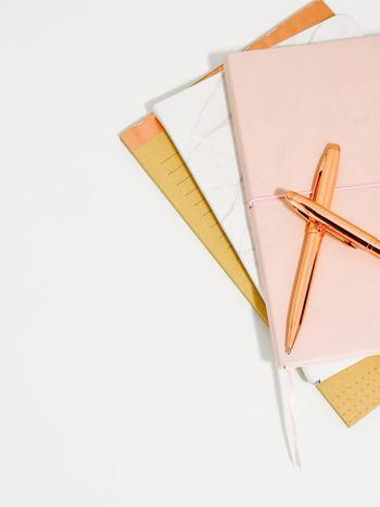 「バレットジャーナル」に必要なものは、ノートとペンだけです。特別なものを用意しなくても、お手持ちのものを使えば、思い立ったときすぐに始められます。より楽しく続けたい、ワクワクしたいという方は、心がときめくようなお気に入りのノートを見つけるのもいいですね。 おすすめは方眼罫のもの。箇条書きはもちろん、図や表を書く目安にもなり、レイアウトが整います。