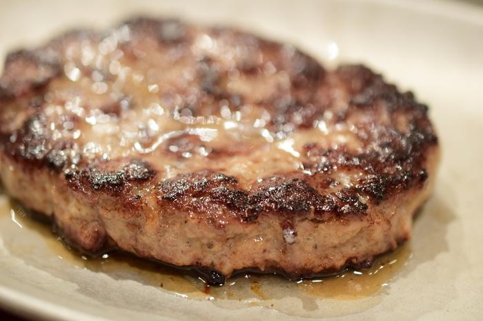 すね肉のハンバーグはコラーゲンたっぷりの、人気メニューの1つです。