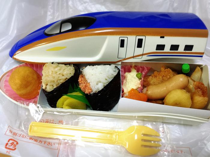 子供たちが喜びそうな、新幹線型のお弁当箱です。こちらは新幹線E7系。大人も子供も一緒に楽しめます。