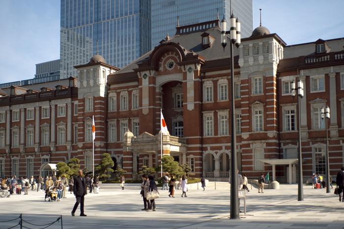 東京駅のシンボル丸の内駅舎は、日本を代表する建築家で、近代建築の父とも言われている辰野金吾によって、1914年に作られました。戦災の影響で多くを焼失していましたが、その当時の素材を可能な限り生かしながら修復が行われ、2012年に現在の姿となりました。また、2017年には駅前の噴水広場も完成し、多くの人々の憩いの場ともなっています。