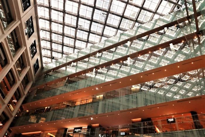 正面はレトロな中央郵便局の趣を残した作りですが、中に入ると現代的な建築空間に圧倒されます。 日本を代表するファッションブランド、雑貨が揃い、お土産を求めに観光客が日々多く訪れています。