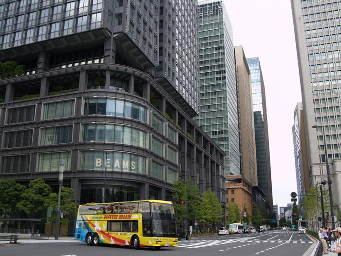 新丸ビルです。東京観光のシンボル、はとバスも走っています!