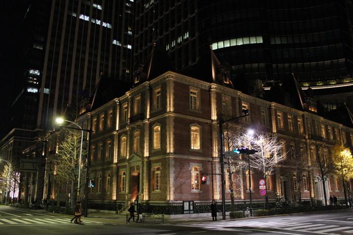明治27年(1894年)にできた、日本で最初のオフィスビル、三菱一号館を再現し、美術館となって再生したのが、三菱一号館美術館です。ロートレックをはじめ、三菱一号館ができた、19世紀末に活躍した美術家の作品を多く所蔵しています。