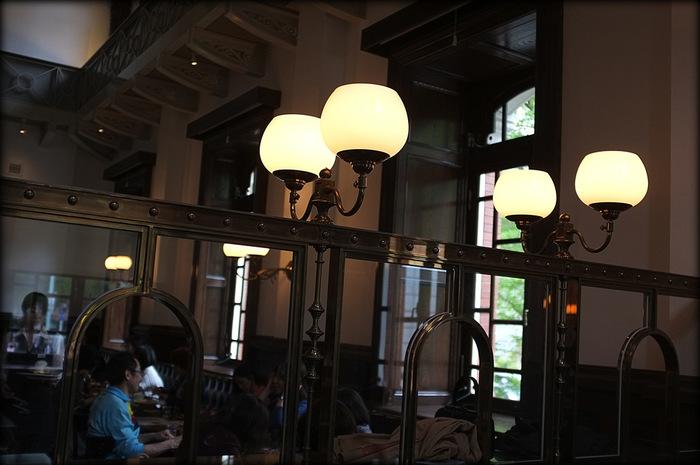 Cafe1894は当時の銀行営業室を再現した、クラシックな雰囲気のただようカフェ・バーです。ランチやカフェだけでなく、バーとしても使用できる、しっとり落ち着いた大人の空間です。
