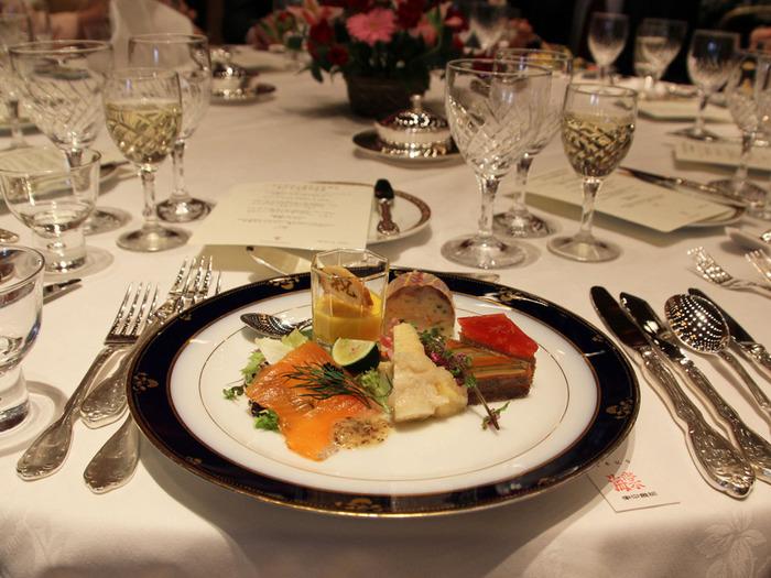 建物内には格式の高いフレンチや日本料理、中国料理、カフェ、バーなどが取り揃っています。また、宴会場ではかつて芥川賞、直木賞の授賞式が行われていたことでも有名です。