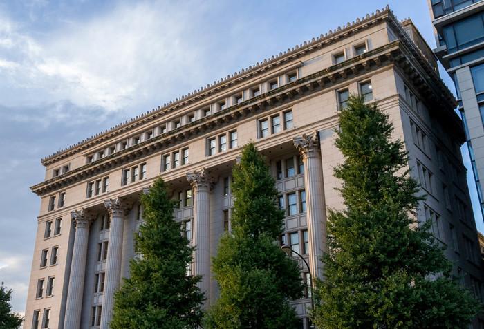 古典主義様式の最高傑作と称される、明治生命館は1934年(昭和9年)に、日本の建築家、岡田信一郎によって建てられ、今もその姿を残しています。赤レンガが象徴的に多い丸の内界隈において、白い洋風建築がひときわ美しく目立っています。国の重要文化財にも指定されています。