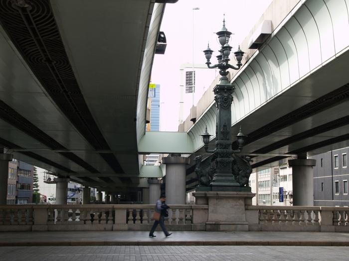 歴史的な建造物と、現代的な建築物が交差している、日本橋エリアの姿を象徴しているような、現在の日本橋です。