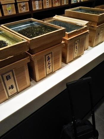「Ocharaka(おちゃらか)」は、日本茶の新たな可能性を引き出す、オリジナルフレーバーの日本茶を販売しています。オーナーはなんとフランス人の、ステファン・ダントン氏。外国人や若い人たちにも、日本茶をもっと知って、親しんでもらいたいというのがコンセプトです。