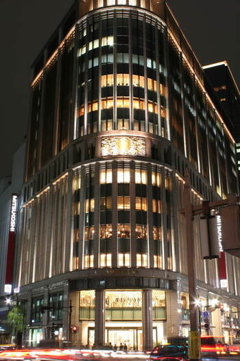 三越の前身は、江戸時代の1673年に創業した富裕層向けの呉服屋、越後屋でした。1928年により庶民向けの呉服も販売する、日本橋三越の開業により、日本の百貨店の歴史が始まったと言われています。建物は国の重要文化財にも指定されています。