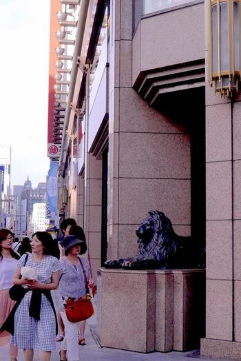日本橋三越前のライオン像は、待ち合わせ場所として多くの人に親しまれています。実は歴史は古く、大正時代の1914年。当時の支配人がロンドンにある像をモデルに、発注したそうです。