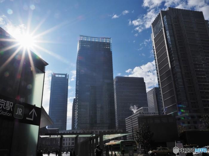 2012年の東京駅丸の内駅舎の補修、再生工事完成の前後に向けて、東京駅のとくに丸の内側は、大規模な再開発が進み、現在も続いている状態です。皇居も存在する丸の内側には、日本を代表する大企業の多くが本社を構え、超高層ビルが立ち並んでいる大手町エリアがあります。