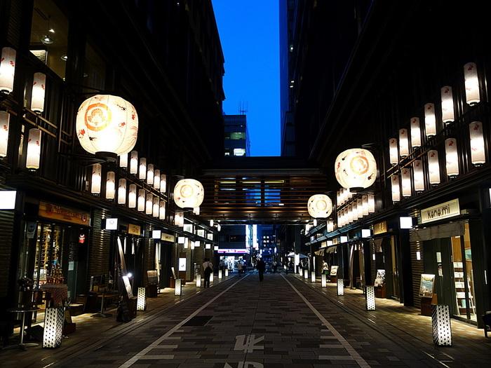 線路を挟んで丸の内側と反対となる八重洲側には、日本橋や京橋など、江戸時代の文化や雰囲気を感じさせる街が広がっています。近年丸の内側同様再開発が進み、街の様子も随分変わりました。しかしながら、元々大企業の本社が多く立ち並ぶというよりも、五街道の起点であり、小さな商店がいくつもあるエリアであったため、現代的な高層ビルの合間に、そのような商店などが今でも軒を連ね、当時の雰囲気を感じることのできるエリアです。