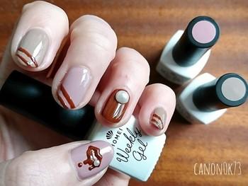 明るめのブラウン・ピンク・ベージュを使ったチョコレートネイル。親指にはぷっくりとしたリップマークを描いてプレイフルに。仕上げにパールを乗せて清楚な香りもトッピング!