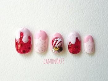 あえてブラウンは使わず、ピンク&レッドをベースカラーに選択。ストロベリーチョコをイメージすれば、糖度高めのガーリーネイルの出来上がり!