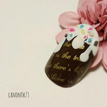 私たちが大好きなチョコレート。ネイルデザインに取り入れれば、思わず目を引く個性的な手元に!  今回は、甘くおしゃれなチョコレートネイルをたっぷりお届けします。