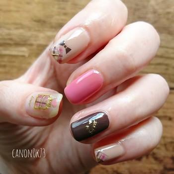 爪先に描かれた繊細なチェック柄が可憐な印象。人差し指にはミニリボンを置き、ネイルのフェミニン感をアップ。表面はツヤツヤにしてさらに女性らしく。