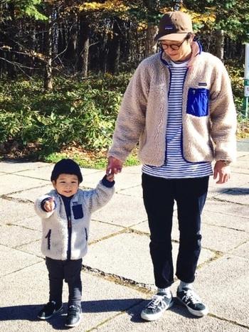 お父さんと子どもリンクコーデはそのサイズ差がおもしろい♪パンツのシルエットが似ている点にも注目。