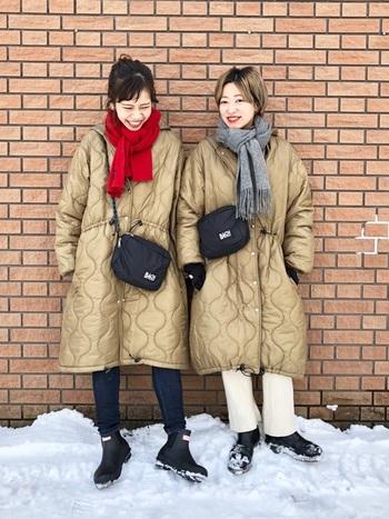 まったく同じベージュのキルティングコート。マフラーの色は変えて、それぞれの個性をしっかり表現。