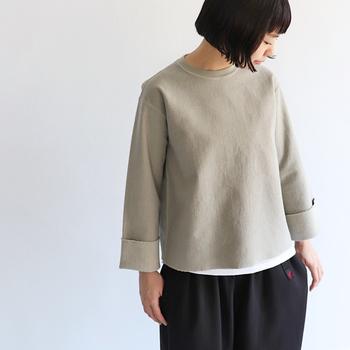 生地の直線的なラインがかえって女性の体を柔らかく見せてくれる効果も!裾や袖の切りっぱなし感がかっこいいですね。
