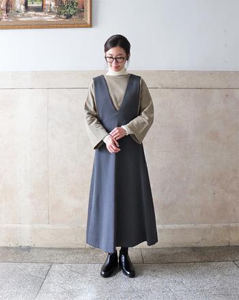 ちょっと変化球で、ドレス×スウェット。洋服のデザインの良さもありますが、色味を調整しつつレイヤードすることで、品よく柔らかく仕上がっています。タートルネックにスウェットを重ねる合わせ技は、他にもパンツはもちろん、ジャンパースカートやロングスカートなどにも幅広く応用できそう。色々試してみたいですね。