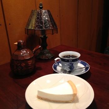 ぜひコーヒーとあわせて、自家製チーズケーキはいかがでしょう。まろやかな味わいが日々の疲れをホッと癒やしてくれるはず。甘さ控えめで、チーズの味を存分に楽しむことができますよ。