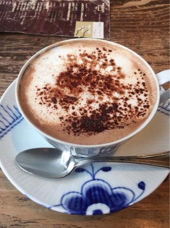 筆者おすすめのドリンクは、カフェショコラ。ほろ苦さと甘さの絶妙なバランスが◎。意外とカップが大きくて、満足度の高い一杯です。