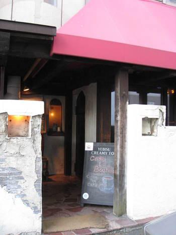 赤い屋根が特徴の隠れ家が「Cafe la BASTILLE(カフェ・ラ・バスティーユ)」。こちらもテレビ塔の近くにあるので、「MINGUS COFFEE(ミンガスコーヒー)」と一緒にカフェ巡りするのも良さそう。