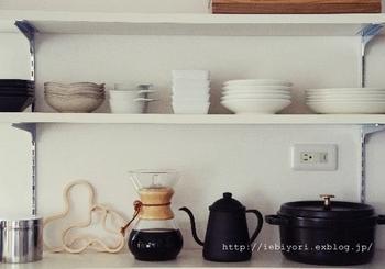気分が上がるキッチンは、見せる収納がポイント。シンプルで洗練されたデザインのストウブは、他の調理器具とも自然になじみおしゃれなキッチンを演出してくれます。