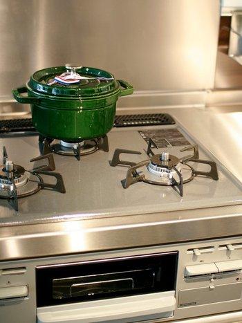 ストウブは、コンロ上に出したままでも絵になる鍋。ずっしりとした重さがあるため、収納せずに出したままにしておくと使いやすく。