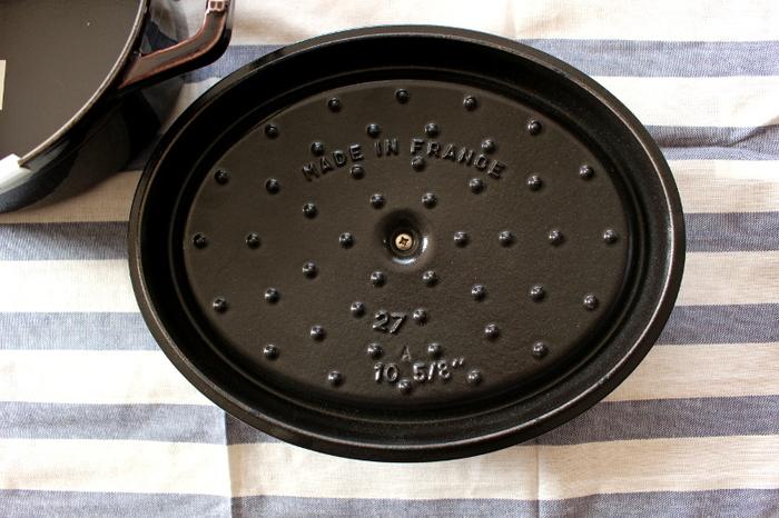 ストウブ最大の特徴が、蓋裏の小さな突起「ピコ」です。このピコのおかげで、食材をむらなくふっくらとジューシーに調理することができるのだとか。
