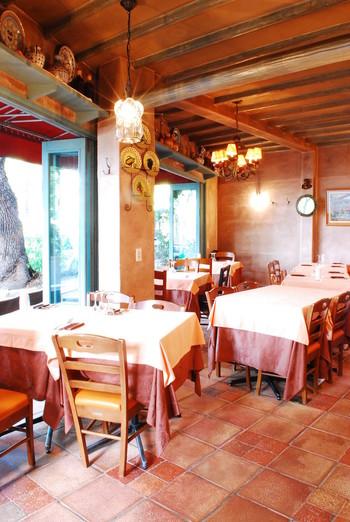 内装やインテリアは、地中海のレストランをイメージしているよう。女子会にもぴったりな雰囲気。