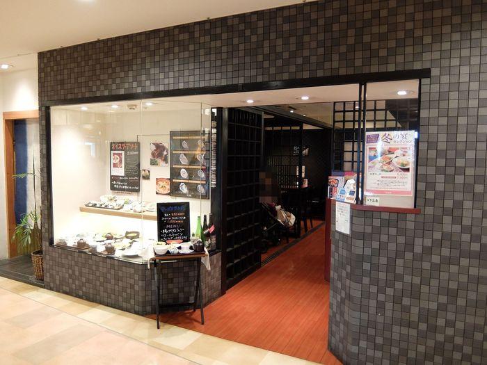 """広島の特産品""""牡蠣""""を食べたい!という方は、ショッピングついでなど気軽に利用できて、美味しいこちらのお店がおすすめ。広島駅ビルに併設されたショッピングモール「ASSE」6階にある、「かき名庵」です。  牡蠣をはじめとする瀬戸内海の海の幸が味わえる和風オイスターバーです。"""