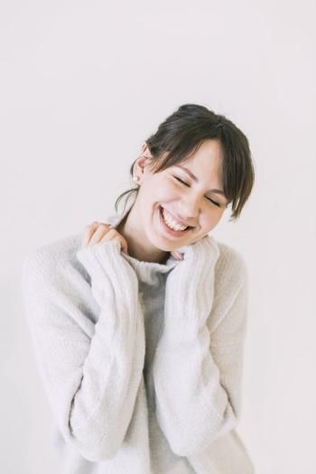 愛嬌がある人の最大の魅力は、自然な笑顔がステキだということ。にこやかな表情は、周りにいる人を幸せにする何よりの力があります。