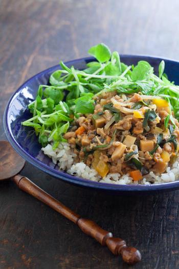 大豆を使っているのに、まるでひき肉のような食感の大豆ミート。ダイエット中の方などにいいかもしれませんね。野菜もたっぷりで、ヘルシーながらも食べ応え抜群に仕上げた丼物です。
