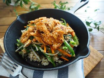 合わせ味噌をからめた大豆ミートやたっぷり野菜ののっけ丼。大豆ミートには、ひき肉タイプだけでなく、フィレやブロックなどいろいろな形状のものがあります。スキレットに盛り付けて、こんがり焼いてあつあつをいただきましょう。