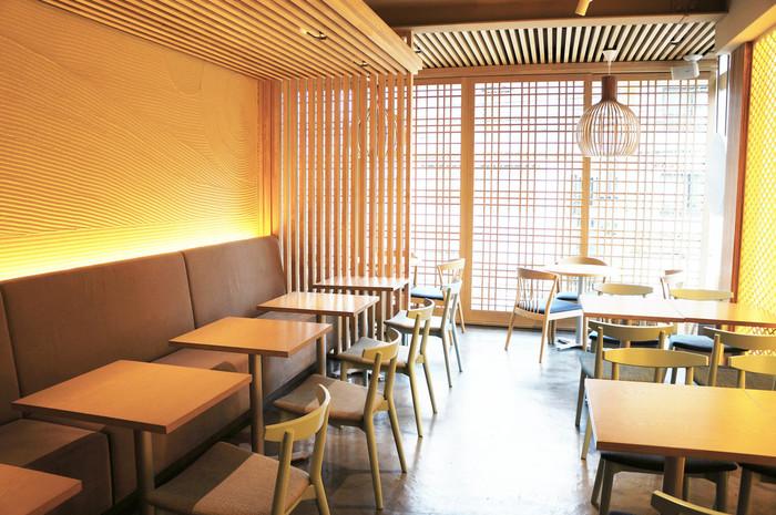 """「MICASADECO&CAFE(ミカサデコ&カフェ 神宮前)」は、表参道駅のA1出口から徒歩約10分、明治神宮前駅の7番出口から徒歩約7分のところにあるお店です。""""大人が楽しめるパンケーキのおいしいカフェレストラン""""がコンセプトで、ワインなどと一緒にパンケーキを楽しめます。店内は、落ち着きある和風のインテリアです。"""